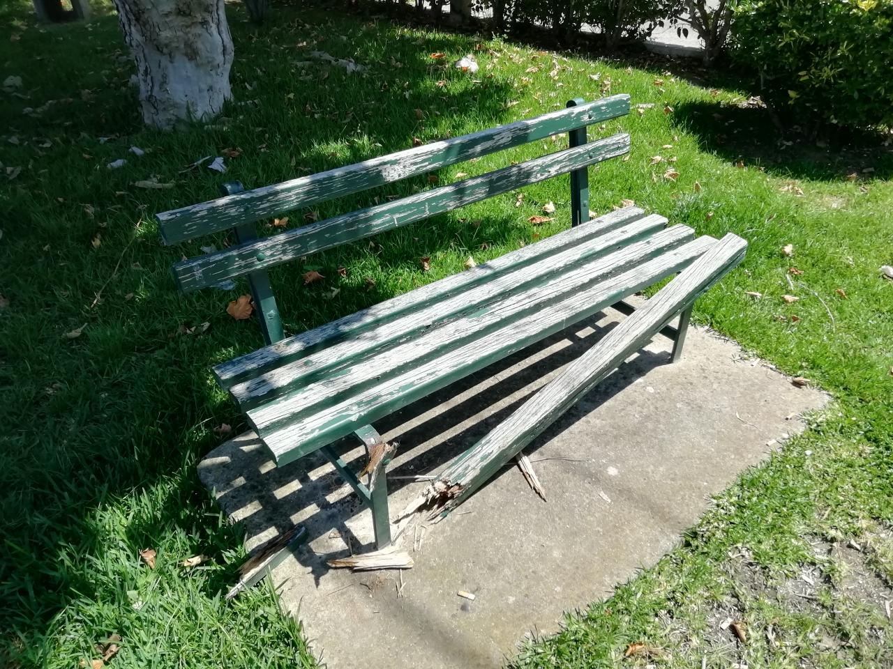 Bancos de jardim reparados na Freguesia