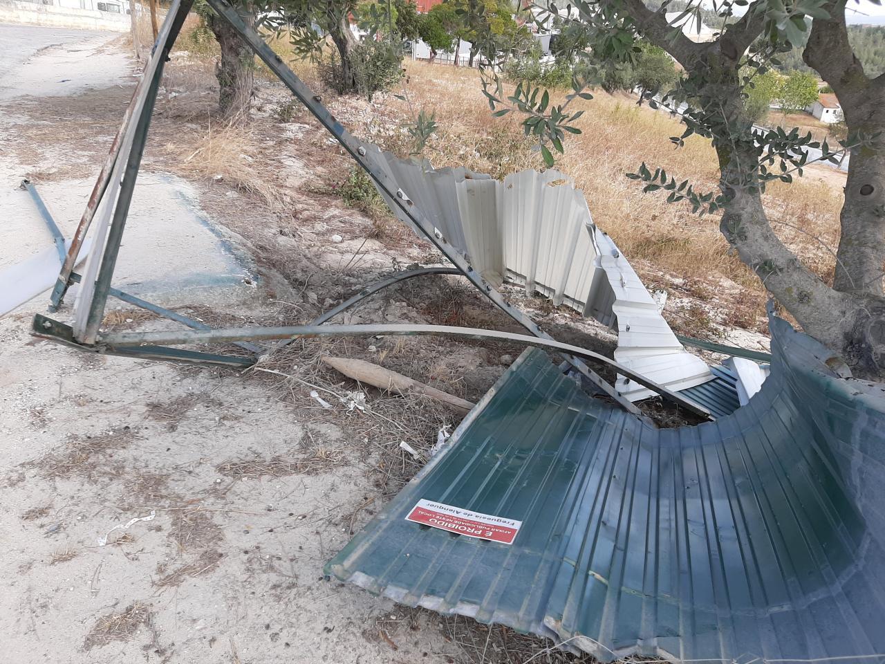 Paragens de autocarro danificadas na Carapinha e nos Casais Novos
